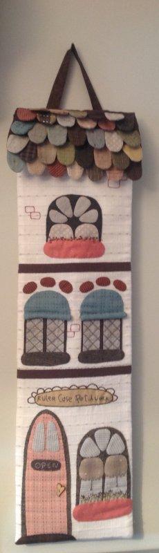 Tout juste accroché sur le mur de mon atelier ...ma pochette pour y ranger ma grande règle à patch , ainsi que la moyenne ...je suis satisfaite du résultat... modèle que j'ai pioché  sur Pinterest , mais que la photo !! du coup j'ai  du faire les gabarits moi même tout en m'éclatant à les dessiner et à les confectionner .