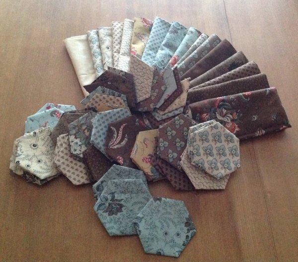 Et voila en se début d'année , j'ai commencé un nouveau projet sur des hexago XXL , ils font 5 cm de côté...c'est un lot de joli tissus que j'avais dans mon atelier depuis bien longtemps .