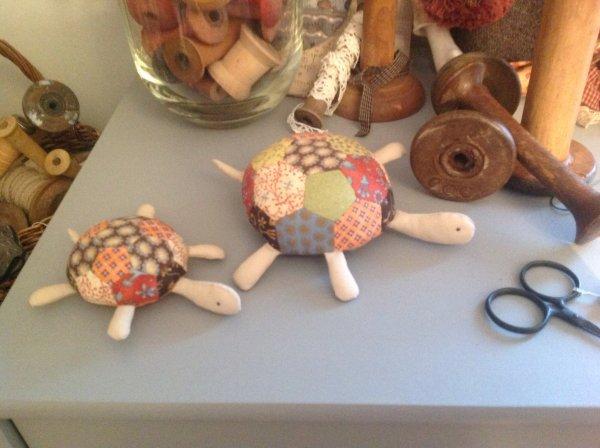 Deux nouvelles copines dans mon atelier avec les jolis tissus d'Annie down...