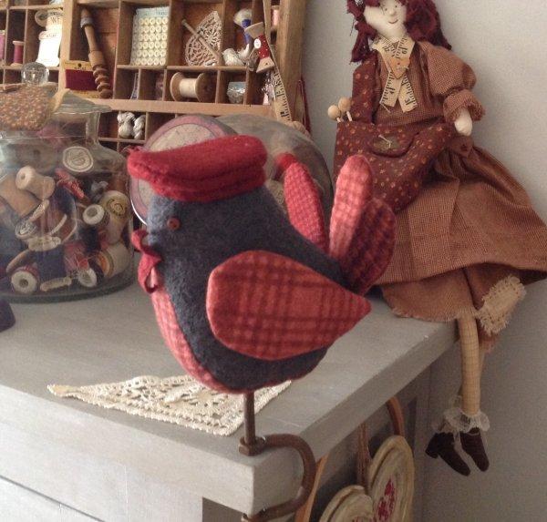 Un joli petit piou piou qui se trouve dans mon atelier ....trop mimi avec son joli béret.