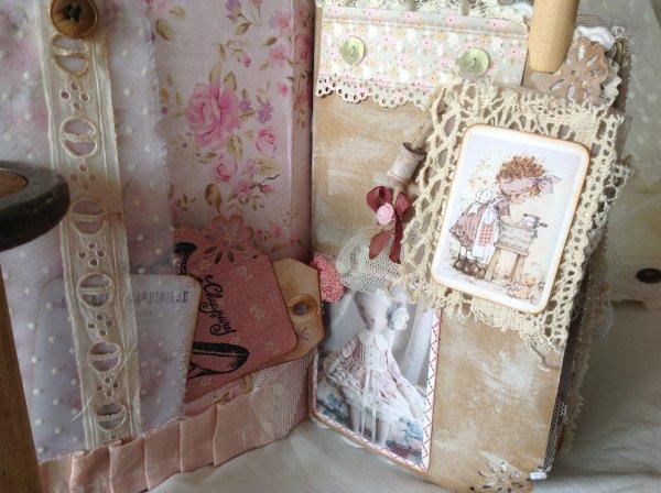 Voila l'intérieur de mon junk journal et pas facile de prendre les photos ....