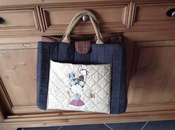 Et la un très grand sac quand je vais au scrap .. sur la poche c'est un dessin de zulu and co ...
