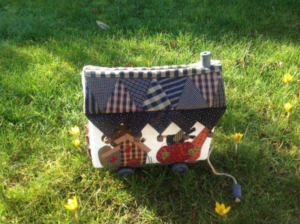Je profite d' un joli petit rayon de soleil de ma dernière créa 😋de l'atelier des c½urs ..petite roulotte pour y ranger les mouchoirs en papier ....