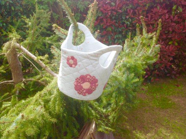 Un joli panier avec les tissus de l'atelier perdu .. je l'avais déjà fait avec de la laine bouillie et appliqué de jolies poulettes ...