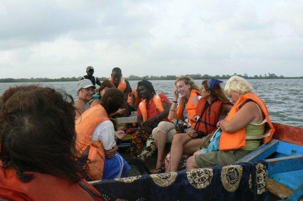 Navigando las aguas del rio Casamance rumbo a la isla de carabane....