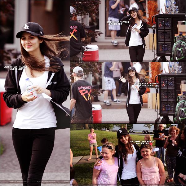 ; Mercredi le 22 juin 2011 : Enfin des nouvelles ! Vic' a été aperçue sur un tournage d'un film ( je ne sais pas lequel ). Tu aimes ?Pour la photo avec Miranda et celle d'en bas à droite , c'est un photoshoot je crois. Pour l'autre , c'est un scan de magazine.Avis? ;
