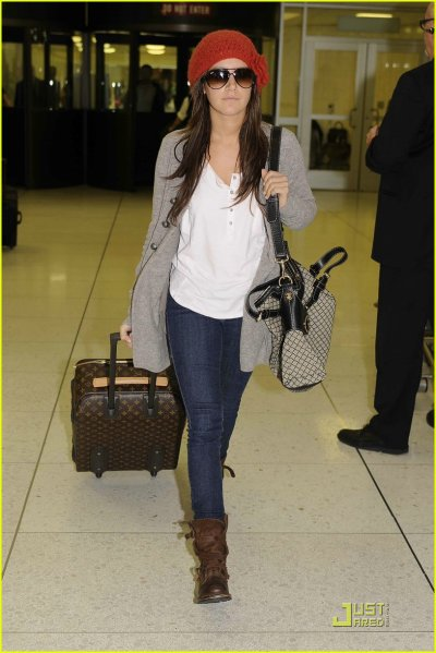 Ashley Tisdale à l'aeroport de Vancouver le 9 novembre