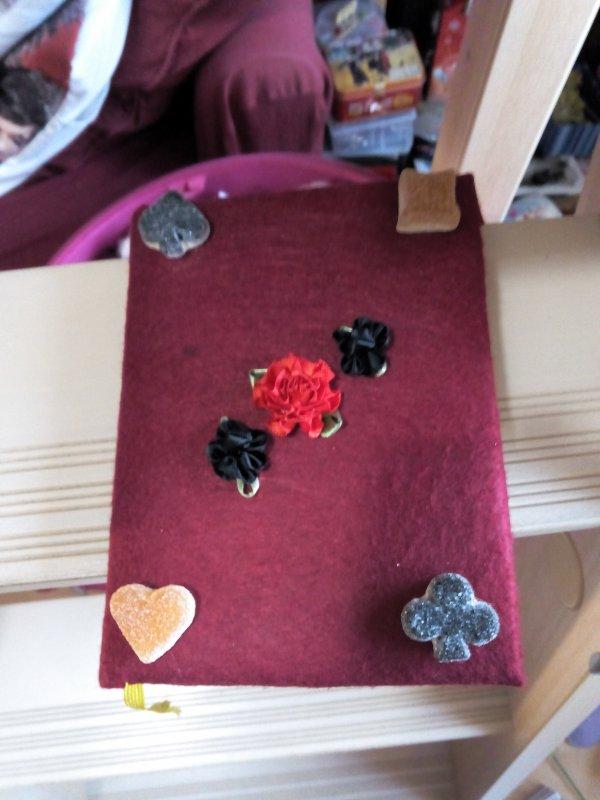 journal personnaliser fait avec du papier de feutre des fleur en tissus et des bonbons