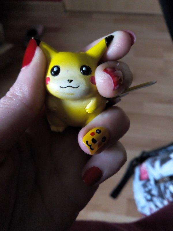 mon pika nail art fait par ma petite soeur