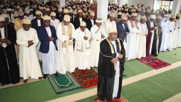 Le grand président Imam en pleine prière de vendredi à Barakani, Anjouan