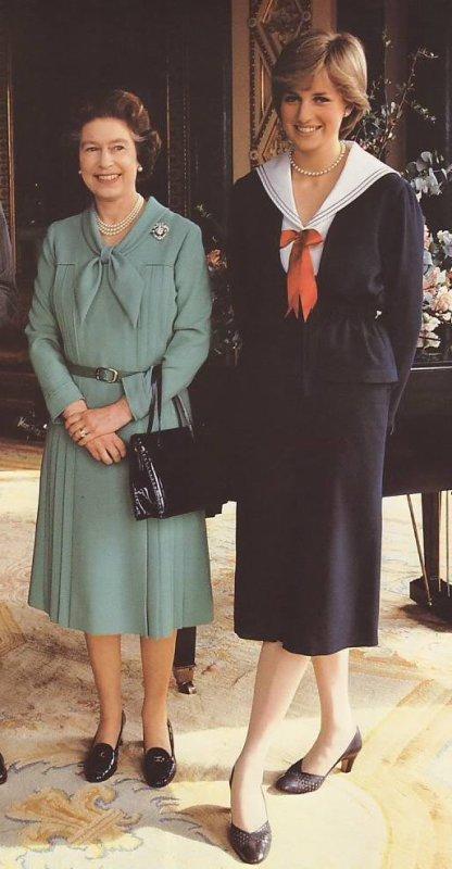 Le palais annonce les fiançailles de Diana et Charles _ & _ Coifure  de Diana pour les Anglaises