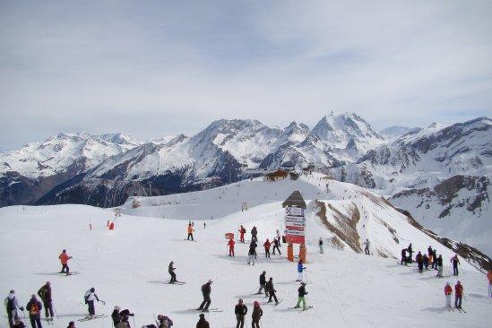 2700m-Un des plus hauts sommets des trois vallées :'La Saulire'.A l'arrivée du télécabine, à gauche du panneau direction courchevel à droite direction Méribel.