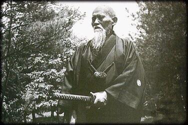 petite histoire des arts martiaux ô sensei morihei ueshiba fondateur de l'aikido la voie,de l'harmonie.le mot aikido est compose de trois ideogrammes,ai,qui signifie(union)ki,qui signifie(energie)do,qui signifie(voie)...l'aikido est donc une voie,par voie,on entend un mode de vie globale que le pratiquant adopte dans sa totalite c'est a dire avec son corps,et son intellect,mais aussi avec sont esprit.