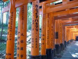 un peut de culture tout d'abord:le mots torii signifie littéralement poetiquent la ou se trouve les oiseaux.