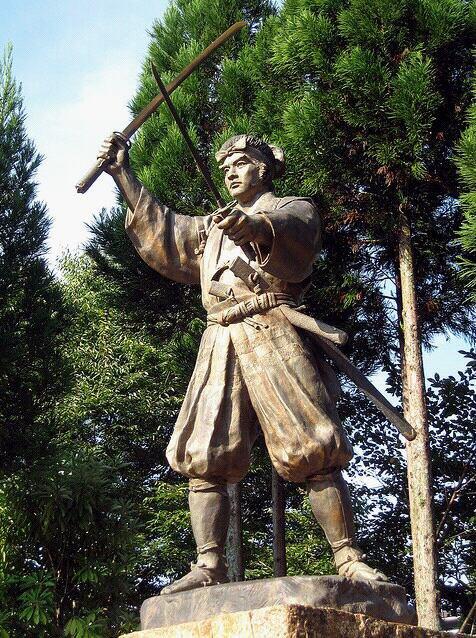 miyamoto musashi personnage et samourai de légende.voici l'une de c'est nombreuse légende du fameux escrimeur, kensei et maître de sabre.il nous faut comprendre l'approche instinctive du combat à une analyse philosophique de musashi.