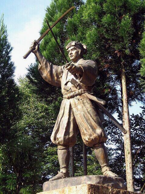 miyamoto musashi est l'image par excellence de l'artiste martial japonais:escrimeur redoutable mais aussi paisible sage s'adonnant à la peinture,à la poesie,à la sculture.sont écrit,le gorin-no-sho ou livre des cinq roues,occupe une place essentielle dans l'univers martial car il est l'un des rares écrits sur l'art martial guerrier ayant franchi les temps.