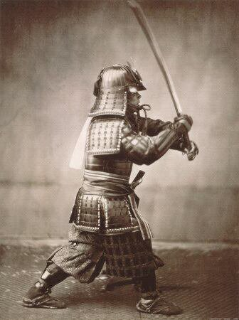 photo ancienne de guerrier samourai:dragon samourai maniant un sabre.