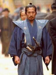 hagakure le livre secret des samourais,écrit entre 1710-et-1717 par le samourai  yamamoto tsunetomo.hagakure signifie caché derrière les feuillages,le titre de l'oeuvre est un receuil de paroles philosophique de maître hagakure.