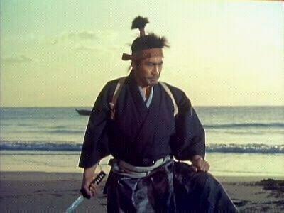 miyamoto musashi extrait le gorin-no-sho,l'ivre des cinq roues à recommander à tous ceux qui cherchent une approche philosophique et authentique du fameux escrimeur le kensei miyamoto musashi le plus grand maître de sabre que le japan ait connu.sont propre style et approche tactique & stratégique du combat(particularité pour un SAMOURAI le combat à deux sabres)il expirimenta beaucoup et fera sa propre synthèse technique.on le crédit du style de kenjutsu EMMEI ryu qui prendra plus tard le nom de nito ryu écoles des 2 sabres.