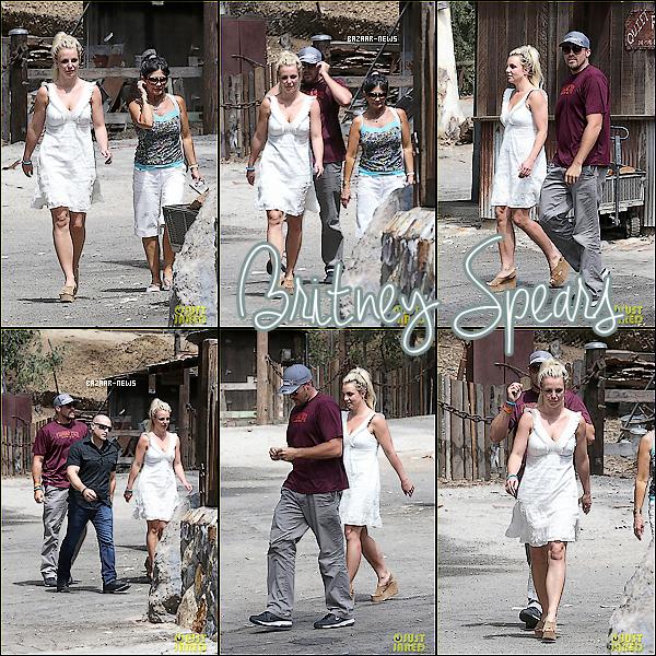 _____Catégorie  ~__ « Candids »  31 / 08 / 13 - Britney , David Lucado & Lynne Spears vont déjeuné aux Old Place à Calabasas.  ► Toute simple avec sa robe blanche j'aime bien ! Et pour vous un TOP ou FLOP ?