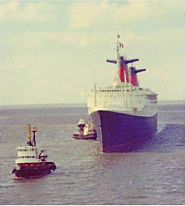 Le paquebot FRANCE arrive à Bremerhaven