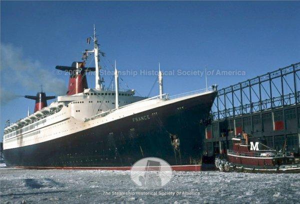 Trois superbes photos du paquebot FRANCE dans la glace dans l'Hudson river..