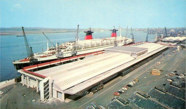 paquebot FRANCE à quai à Southampton