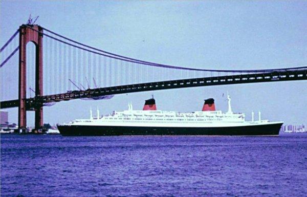 SS FRANCE quitte New York (2)