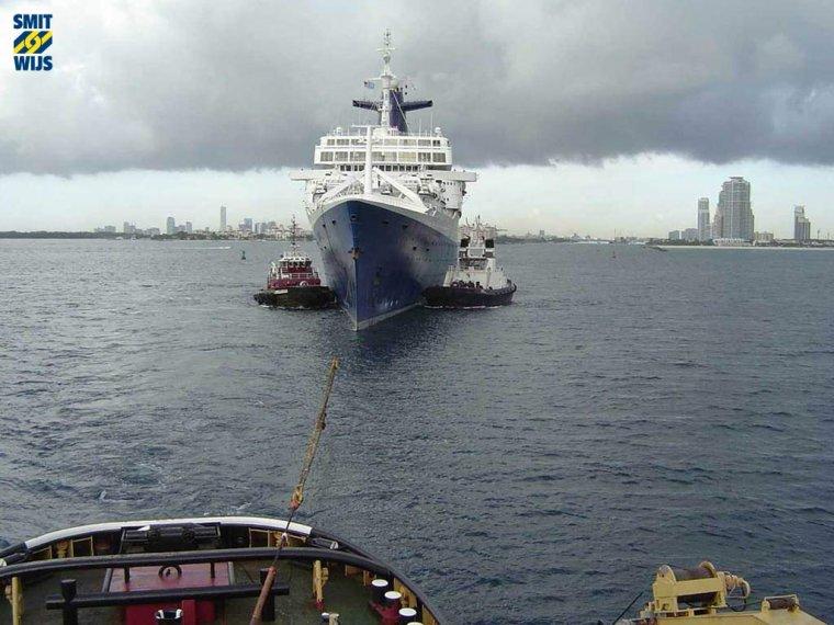 s/s NORWAY dernière transatlantique 2003 en remorque du SMITH ROTTERDAM