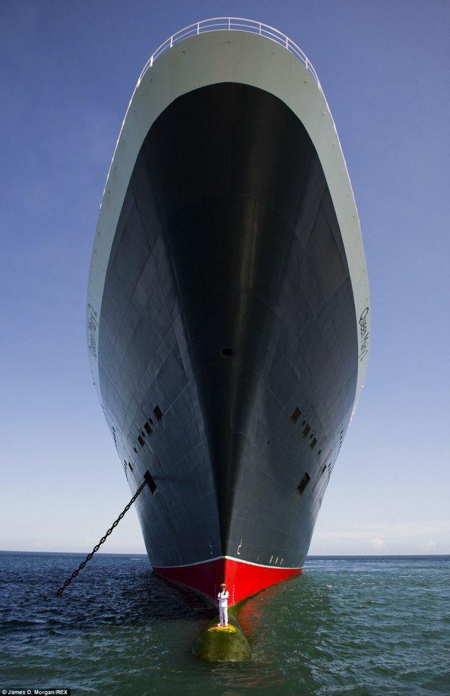 QM2 spectaculaire image : Le commandant et son navire