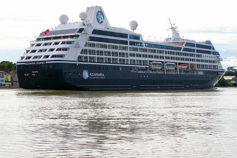 Le paquebot AZAMARA JOURNEY descend la Loire vers l'estuaire 24 août 2014