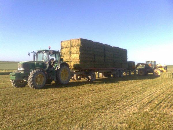 ramassage du foin avec john deere 6620 semi de camion chariot et jcb 526s