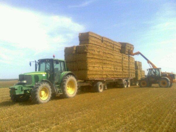 John deere 6620 a la paille avec semi de camion et chariot et jcb 526s