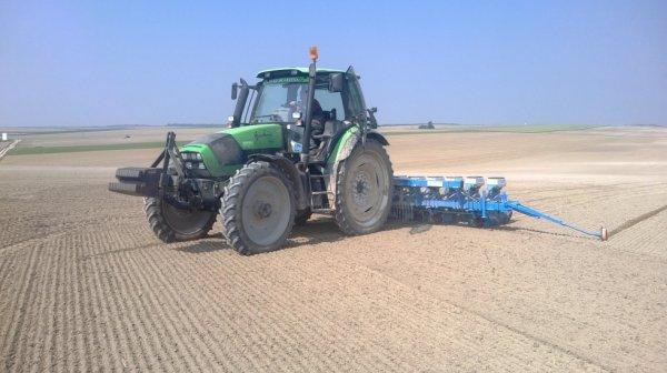 deutz agrotron 150 en roues étroites avec monosem ng4+ 12rangs au semis de colza