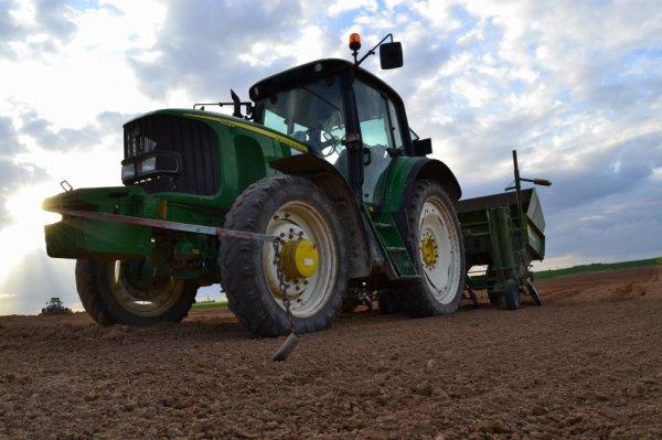 plantation de pommes de terre avec john deere 6520 et planteuse euro 4 rangs