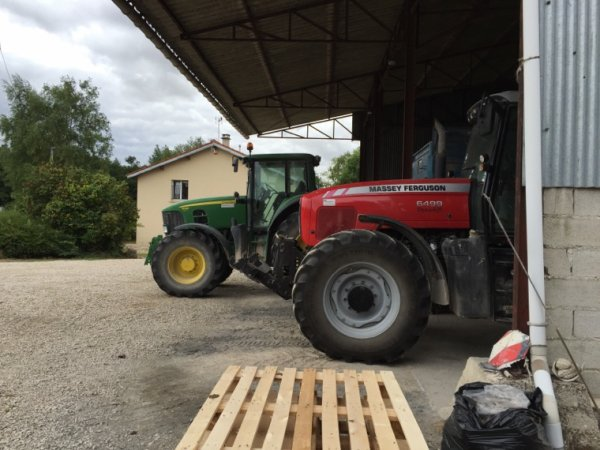 Un tracteur peux en cacher un autre quel sont le model et marque de chacun? Et qu'ont ils derrière?
