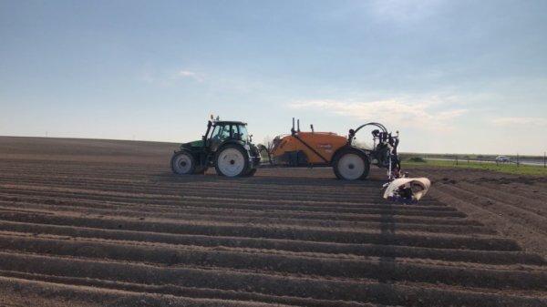 Deutz agrotron 150 et caruelle 400s en 38m a l'azote avant buttage des pommes de terre