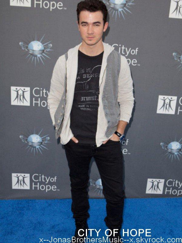 . 8/05/11 Kevin était présent au City Of Hope dans les Studios d'Universal à Hollywood. .
