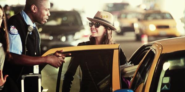 CANDID • Nina en compagnie de Ian à l'aéroport de Los Angeles le 23 (?) février.