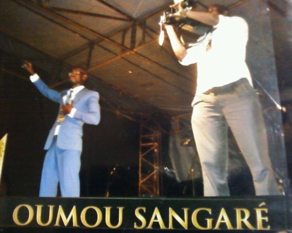 Votre présentateur annoncant l 'hymme nationale et tout le public reprennant en choeur  non c'était wékékéyoko.................braaavo salim