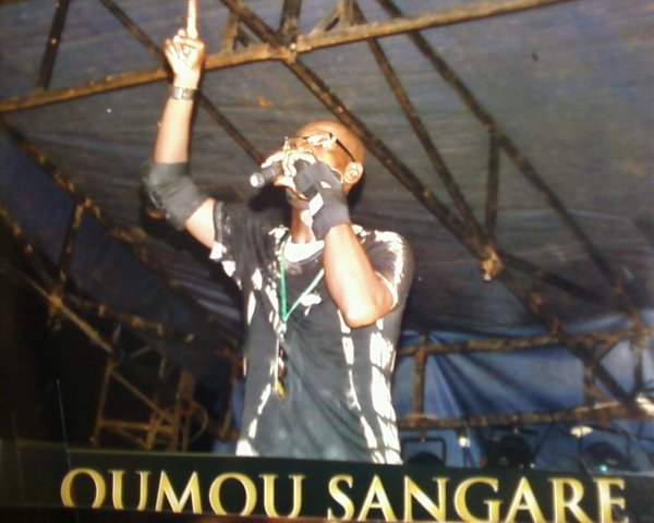 votre Animateur salim diallo la légende se change pour annoncer l'arrivée de la Diva Malienne Oumou sangaré.............suivez notre regard...............
