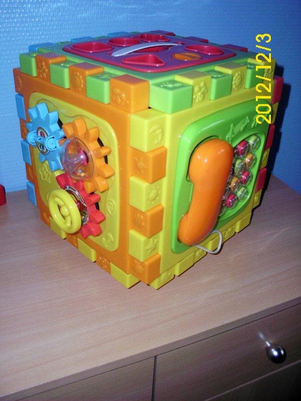 cube tapis d 39 activit v tements occasion pour enfants. Black Bedroom Furniture Sets. Home Design Ideas