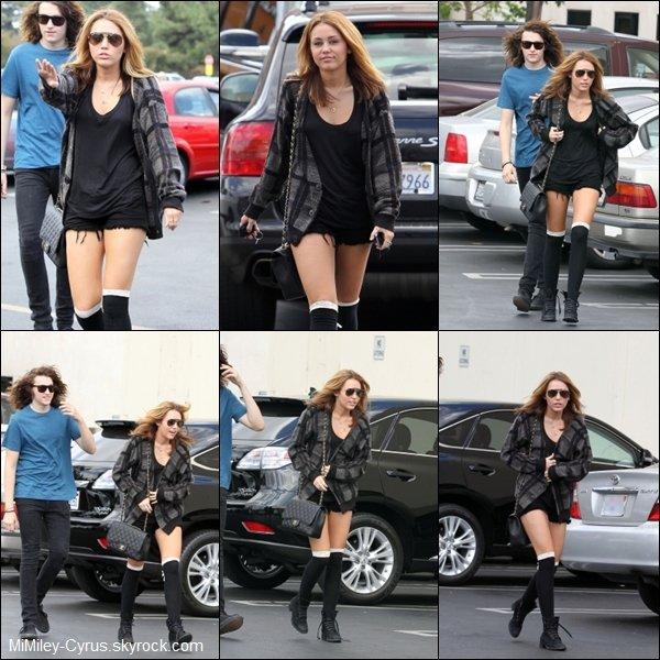 - Le 10 Septembre 2010, Miley s'est rendu chez Panera Bread à Studio City avec son frère Braison aujourd'hui -  Miley est sorti de chez elle pour aller chez Panera Bread ! Sa tenu est assez bien sauf son gilet , elle a ressorti ses Ray-Ban Aviator ! On peut voir sur une vidéo de Miley rentrant un soir à son hôtel Parisien et prenant le temps de prendre des photos avec ces fans  Ici !   -