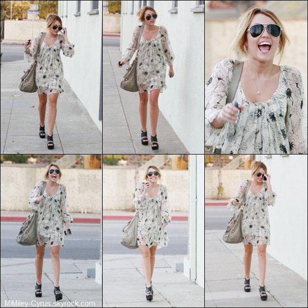 -  Le 22 Septembre 2010, Miley se rendant dans un studio à Toluca Lake ! La Tenue est un Bof !  -