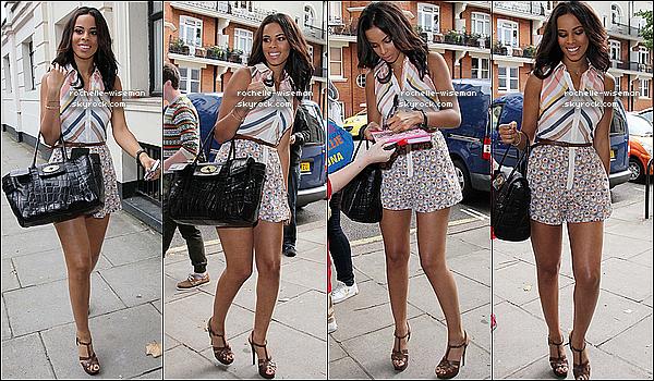 . 21/06/11: Rochelle et les filles arrivèrent à la radio 1's Live Lounge dans le quartier de Maida Vale à Londres. J'adore la tenue que porte Rochelle. Je trouve ça vraiment magnifique et ses chaussures (Yves Saint Laurent) sont géniales .