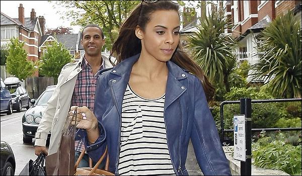 . 09/05/12 : Rochelle et les filles se sont rendues à leur bureau de direction , dans une maison , dans Londres. Marvin qui court derrière Rochelle avec les sacs ha! Je trouve Frankie vraiment superbe comme Rochelle. Qu'en penses tu? .