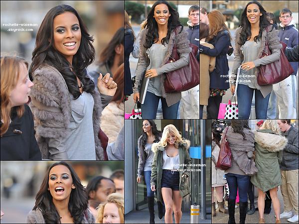 . 18/11/11 : Rochelle , Mollie , Una , Vanessa et Frankie quittaient les studios de la célèbre chaîneITV à Londres. Les filles étaient vraiment très jolies. J'aime assez la tenue de Rochelle mais je préfère vraiment celles de Nessa Mollie et Una. .