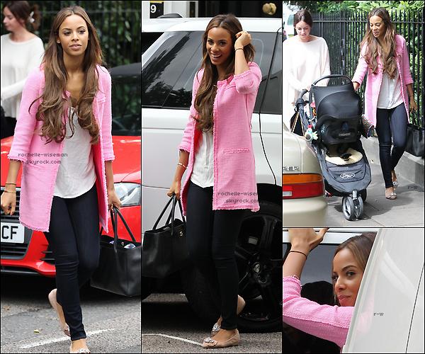 . 20/07/12 : En cette veille de mariage , Rochelle se promenait dans Londres , puis a été rejoins par deux amis. Elles se sont ensuite rendues chez une autre mais je ne sais pas qui c'est. J'aime sa tenue , groscoup de♥pour son manteau .