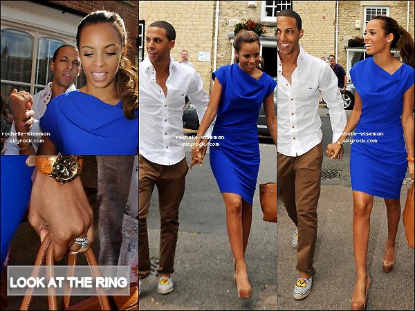 . 28/07/12 : Le lendemain de leur mariage , Rochelle , Marvin et les filles quittaientl'hôtel«The Feazer» àLondres. Rochelle était très belle dans cette robe bleue , ses chaussures étaient extra. J'aime beaucoup les espadrilles de Marvin haha. .