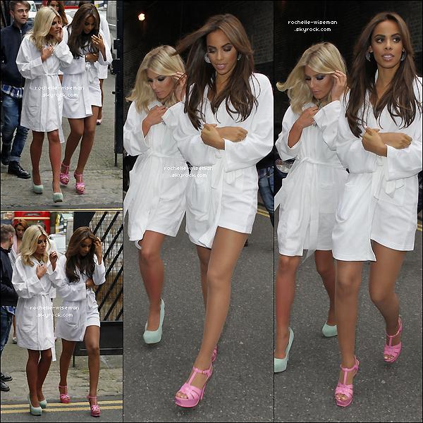 . 06/05/12 : Le groupe au complet se rendit sur le plateau d'uneémissionde télévision sur la mode , à Londres. Elles étaient très belles , avec leurs peignoirs. J'ai un coup de ♥ pour les make-up et coiffures de Rochelle , Frankie et Mollie. .